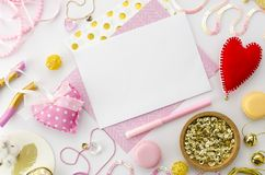 Moquerie de lettre d'amour pour le jour de valentines sur le fond rose Maquette de calibre de Valentine Configuration plate Photo stock