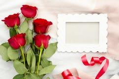 Moquerie de Lettreting vers le haut de calibre avec le cadre blanc Bouquet de Baeutiful des roses rouges Calibre plat d'amour de  Photos stock
