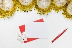 Moquerie de Noël vers le haut - de lettre vide sur un fond blanc avec les décorations de fête photo stock