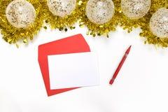 Moquerie de Noël vers le haut - de lettre vide sur un fond blanc avec les décorations de fête images stock