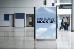 Moquerie de panneau d'affichage de support vers le haut de caisson lumineux d'intérieur vertical de la publicité dedans Photo stock