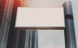 Moquerie de panneau d'affichage haute et gratte-ciel à Dubaï Image libre de droits
