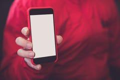 Moquerie de téléphone de couleur rouge de mains de maquette vers le haut de l'affichage de participation d'écran blan Image stock