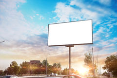 Moquerie de toile de panneau d'affichage en temps et soleil de fond de ville beaux Photographie stock libre de droits