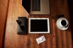 Moquerie de vue supérieure des accessoires d'homme d'affaires et des outils de luxe de travail Photo libre de droits