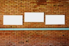 moquerie en blanc du cadre 3 sur un mur de briques photos libres de droits