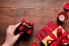 Moquerie en bois de vue supérieure de fond d'amour de Valentine Day de concept  Photo stock