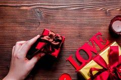 Moquerie en bois de vue supérieure de fond d'amour de Valentine Day de concept  Image stock