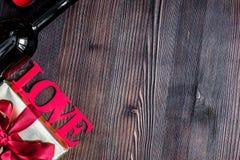Moquerie en bois de vue supérieure de fond d'amour de Valentine Day de concept  Photographie stock