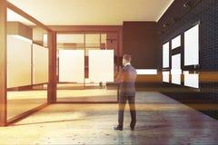 Moquerie noire vers le haut de galerie de cadre, exposition d'art, homme Images stock