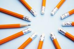 Moquerie vers le haut de prêt pour ajouter le texte Affaires ou concept éducatif Crayons jaunes sur le fond bleu image stock