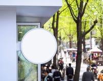 Moquerie vers le haut de rue d'achats d'affichage de boutique de forme ronde de Signage Image libre de droits