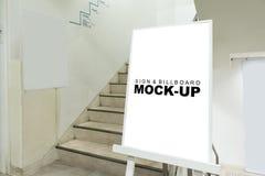 Moquerie vers le haut du support de panneau d'affichage près des escaliers Photo libre de droits