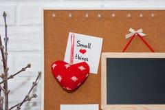Moquerie verticale créative de jour du ` s de Valentine dans un style scandinave avec de petites choses d'expression sage Photos stock