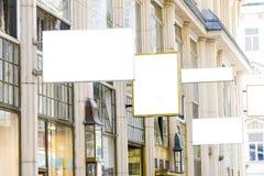 Moquerie vide de boutique de rue vers le haut des espaces Photo stock