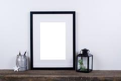 Moquerie vide de cadre de photo de style scandinave  Décor à la maison minimal Photographie stock libre de droits