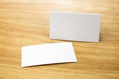Moquerie vide de carte de visite professionnelle de visite sur la table en bois légère, Corp. d'affaires Image libre de droits