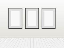 Moquerie vide vide de blanc de trois vecteurs vers le haut des cadres de noir de photos d'affiches sur un mur Photographie stock libre de droits