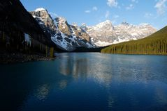 Morän sjö i morgonen, kanadensiska steniga berg, Kanada Fotografering för Bildbyråer