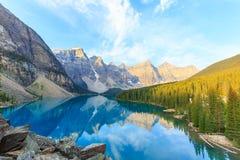 Morän sjö, kanadensiska steniga berg Royaltyfria Foton