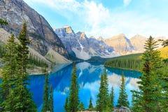 Morän sjö, kanadensiska steniga berg Arkivbild