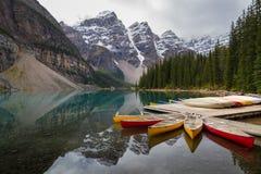 Morän sjö på den Banff nationalparken Arkivfoto