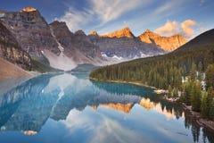 Morän sjö på soluppgång, Banff nationalpark, Kanada arkivbilder