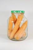 Morötter i en glass krus Arkivbilder