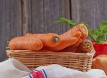 Morötter i en korg Arkivfoto