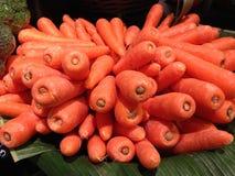 Morötter många i marknaden Arkivfoton