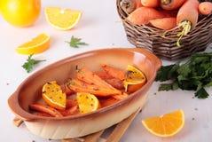 Morötter som bakas med apelsinen och coriande Royaltyfri Bild