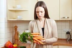 morötter som kontrollerar kvinnan Royaltyfria Foton