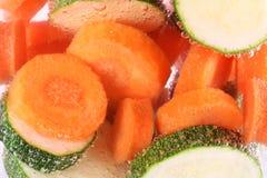 morötter som lagar mat vattenzucchinien royaltyfri bild
