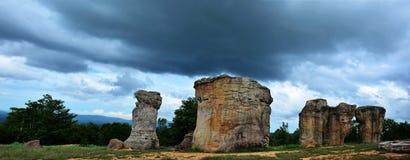 Mor Hin Khaow stonehenge av Thailand med stormiga moln på Chaiy Royaltyfria Foton