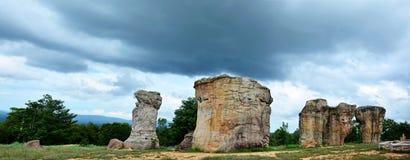 Mor Hin Khaow stonehenge av Thailand med stormiga moln på Chaiy Royaltyfri Foto