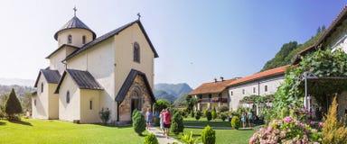 MORACA-TAL, MONTENEGRO - 10. AUGUST 2014: Moraca-Kloster, ein serbisches orthodoxes Kloster gelegen im Tal des Moraca Ri Lizenzfreie Stockfotografie