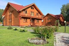 Moradia-casa de madeira. Imagens de Stock