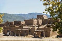 moradia Multi-contado do povoado indígeno do nativo americano da lama do adôbe nos Estados Unidos do sudoeste com secagem de crem fotografia de stock