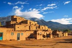 Moradias antigas do povoado indígeno de Taos, New mexico fotografia de stock