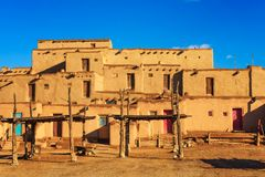 Moradias antigas do povoado indígeno de Taos, New mexico imagem de stock royalty free