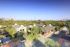 Moradias clássicas chinesas de negligência no parque yuanboyuan, adôbe rgb imagem de stock