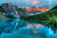 Moraine湖日出五颜六色的横向 免版税库存图片
