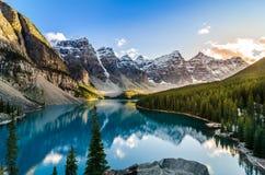 Moraine湖风景看法和在日落的山脉 免版税库存图片
