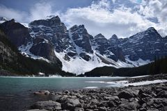 Moraine de lac et la vallée des Dix crêtes images libres de droits