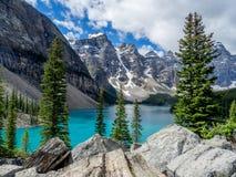 Moraine See im Tal von zehn Spitzen Lizenzfreie Stockfotos