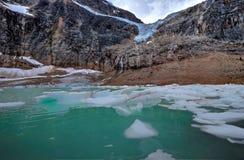Moraine See mit Eisbergen unter Angel Glacier Stockfotos