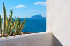 Moraira Alicante widoku bielu śródziemnomorski dom i agawa Obraz Stock