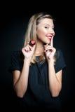 Morango bonita do gosto da jovem mulher Fotos de Stock Royalty Free