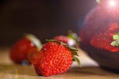 Morango bonita em uma placa com as vitaminas pequenas de um foco, instagram matizado imagem de stock