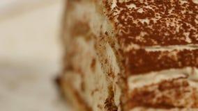Morango cake Bolo curto da morango A parte de bolo de chocolate cremoso no coração deu forma à placa, coberta com o coração dado  Fotos de Stock